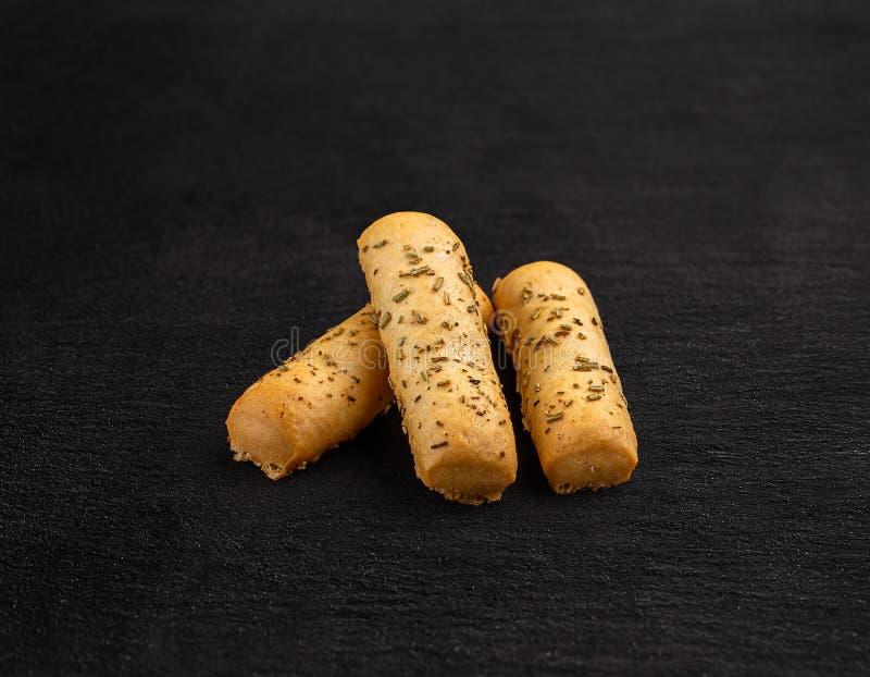 Chlebowi kije z wysuszonymi ziele zdjęcia stock