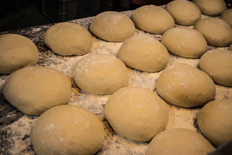 Chlebowy balowy ciasto na tacy w rzędzie obraz stock