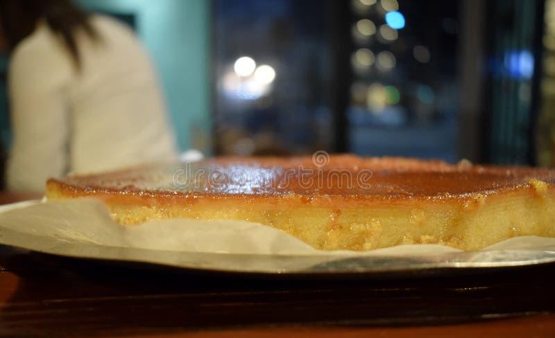 Chlebowy pudding na stalowej tacy w restauracyjnym barze zdjęcie stock