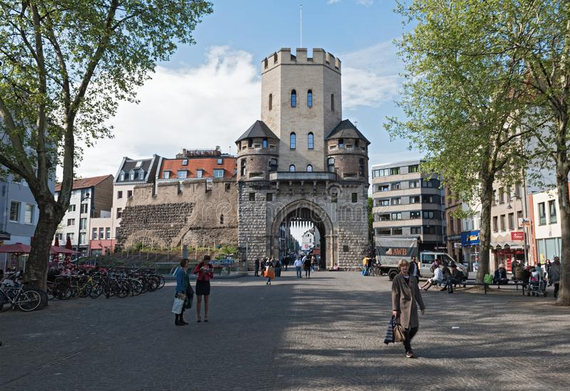 Chlodwigplatz con il portone della st Severin, Colonia, Germania immagini stock libere da diritti