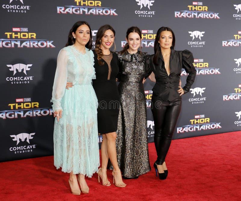 Chloe Bennet, Elizabeth Henstridge, Natalia Cordova-Buckley en Ming-Na Wen stock fotografie
