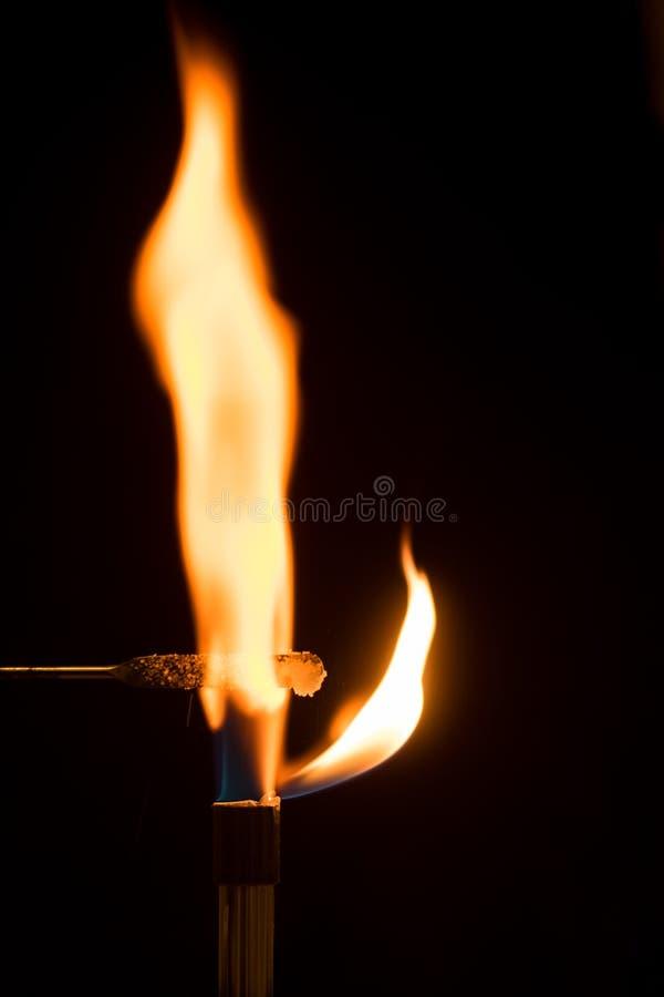 Chlorure de sodium brûlant en air avec la flamme orange image libre de droits