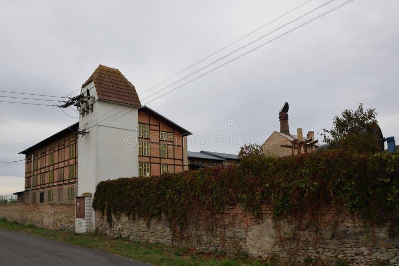 Chlumcany, Tsjechische republiek - 22 September, 2018: gebieds van vroegere suikerfabriek met historische huizen in de beginherfs stock afbeeldingen