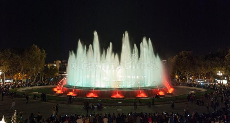 Chmary ludzie przy colourful światła & wodnej fontanny przedstawieniem Noc w Barcelona, Hiszpania, przy magiczną fontanną obraz stock