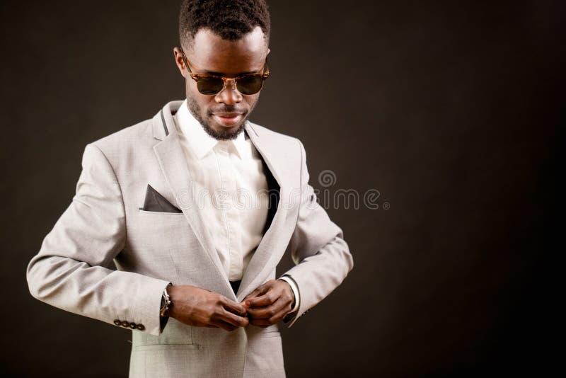 Chmielny Afrykański facet bierze daleko jego kostium po przyjęcia obraz stock