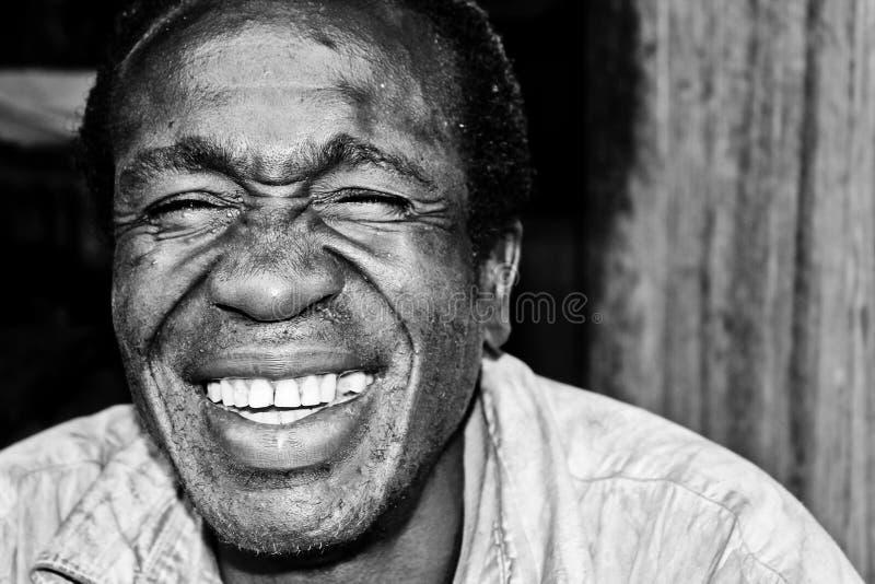 Chmielny mężczyzna z pięknym uśmiechem w Jinja, Uganda zdjęcie stock