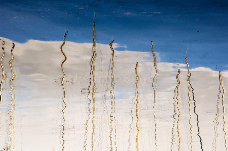 chmur masztów wodni jachty zdjęcia stock