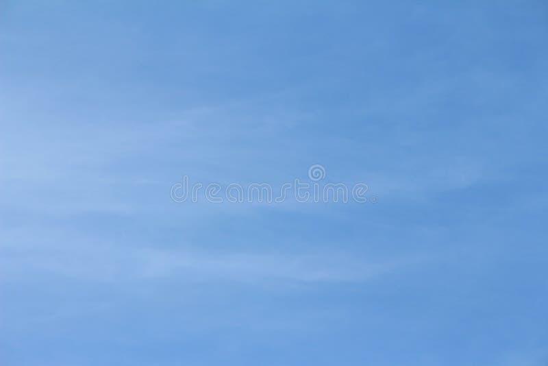 Chmur pierzastych chmury w niebieskim niebie w ranku obrazy royalty free