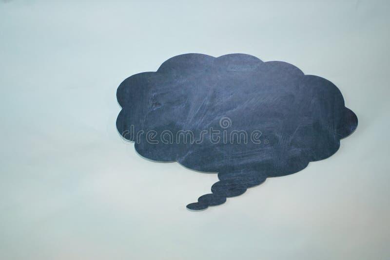 Chmura myśli w kredzie na błękitnej desce royalty ilustracja