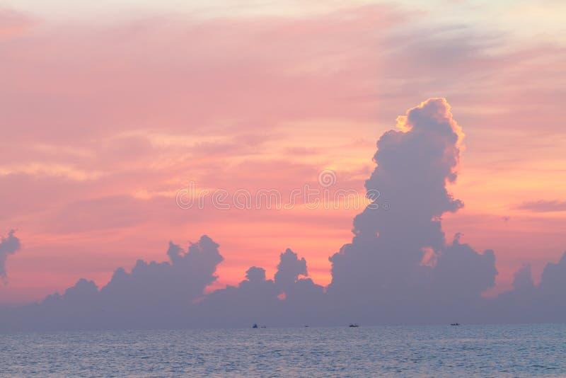 Chmura na niebie w wschodu słońca czasie fotografia stock