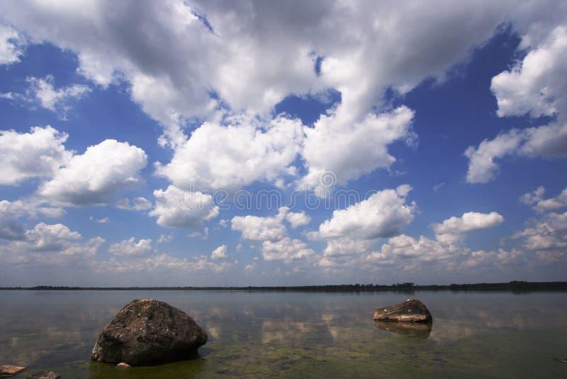 chmura nad jezioro. obraz stock