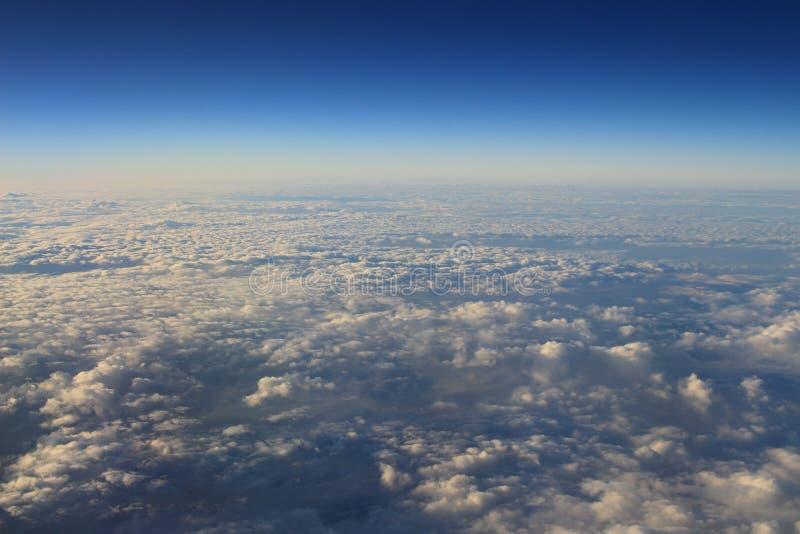 chmura od lotniczego widoku i niebieskie niebo fotografia stock