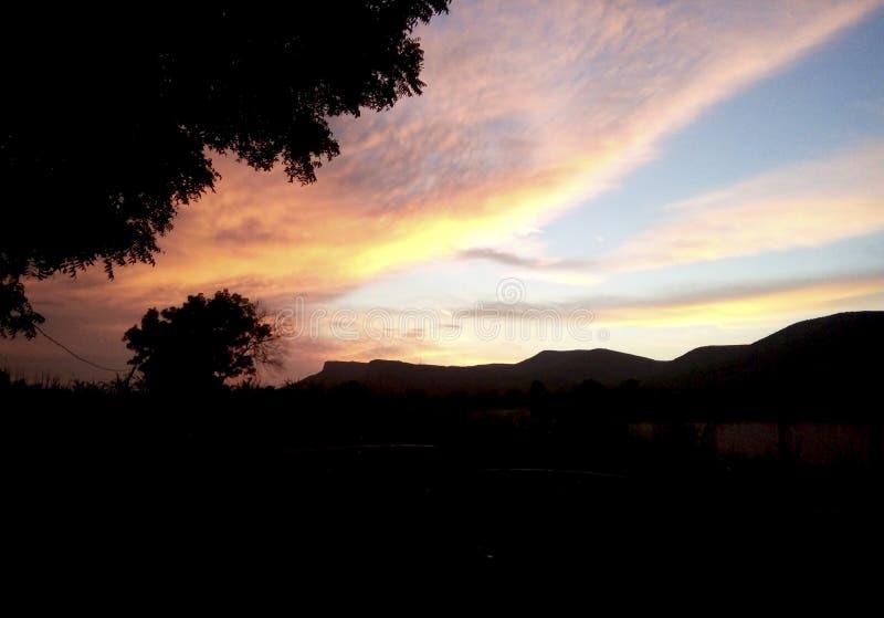 Chmura przy słońce setem obraz royalty free