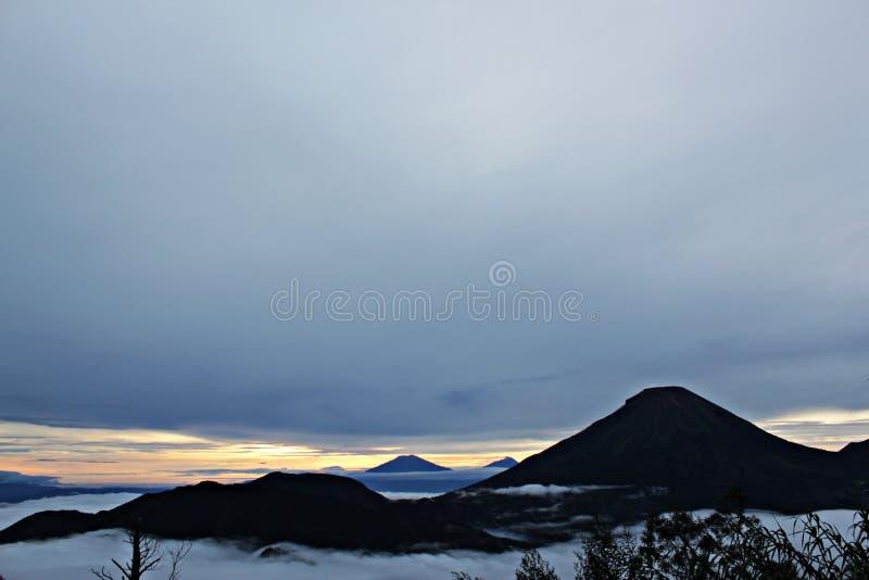Chmurna góra z wschodem słońca, natura fotografia royalty free