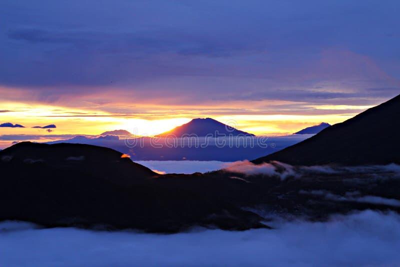 Chmurna góra z wschodem słońca, natura zdjęcie stock