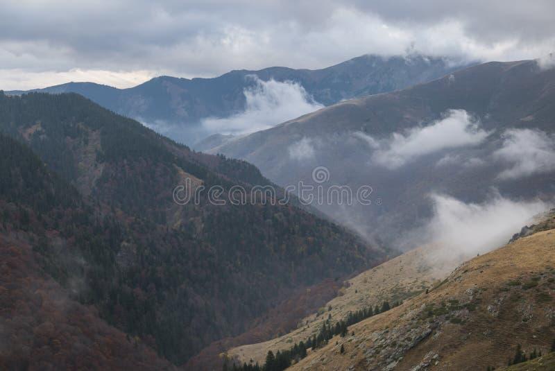 Chmurne góry zdjęcia royalty free