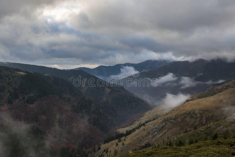 Chmurne góry zdjęcia stock