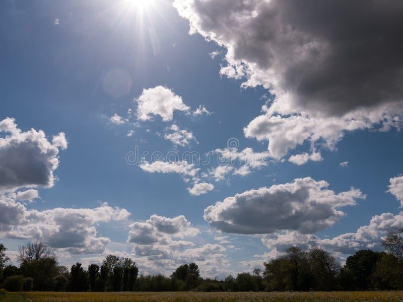 Chmurniejący lata niebo nad wsią w uk Essex popołudniu obraz royalty free
