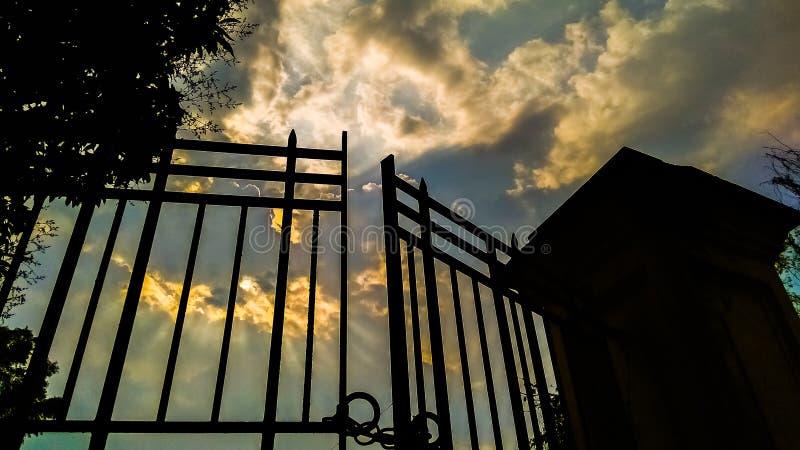 Chmurniejący niebieskie niebo zdjęcia stock