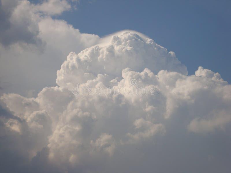 Chmurnieje — co i jak jesteśmy chmurą, typy chmury one tworzy zdjęcie royalty free