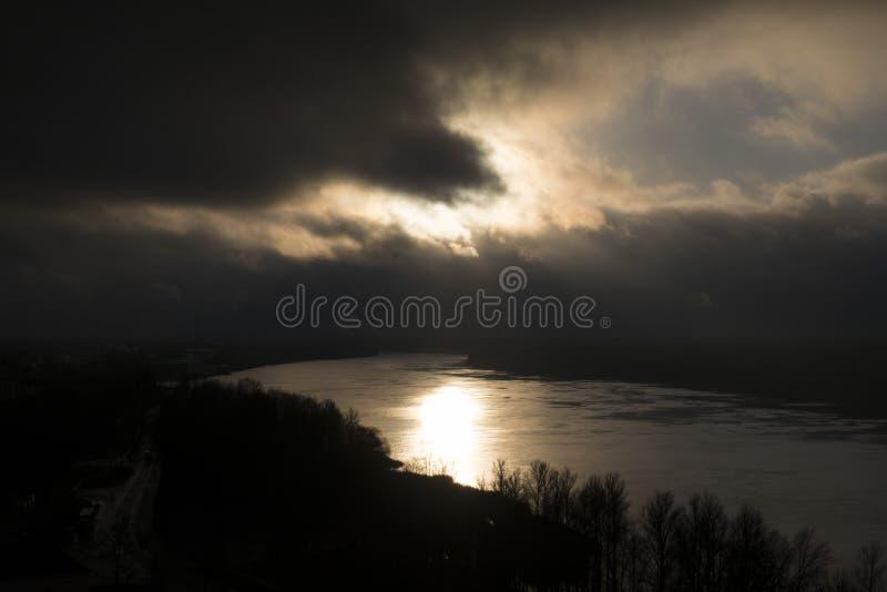 chmurnieje ciemną dramatyczną burzę zdjęcia stock