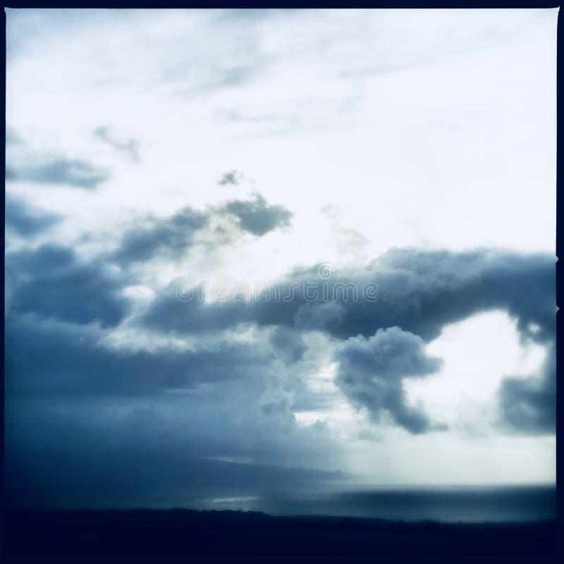chmurnieje ciemną dramatyczną burzę obraz royalty free