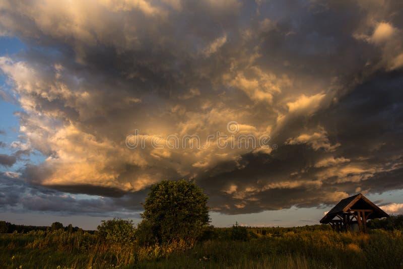chmurnieje ciemną dramatyczną burzę zdjęcie royalty free