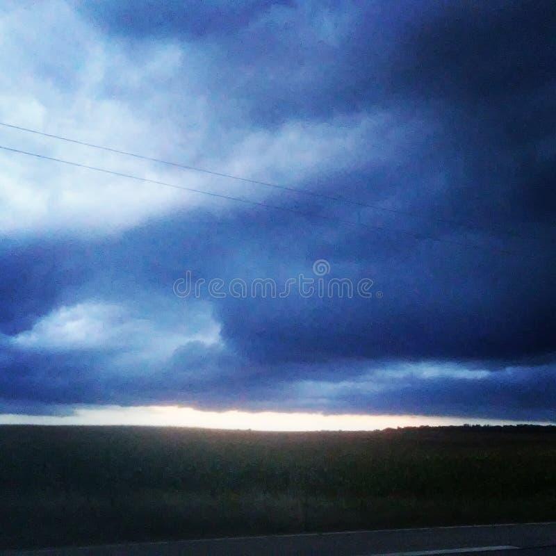 chmurnieje ciemną dramatyczną burzę obraz stock