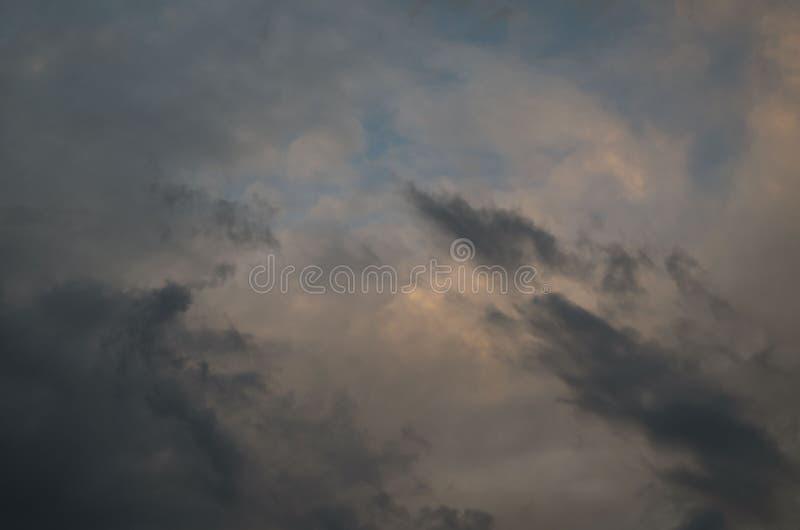 chmurnieje ciemn? dramatyczn? burz? Niebo t?o Burzy ` s przybycie obraz stock