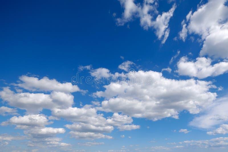 chmurnieje cumulusu biel obrazy stock