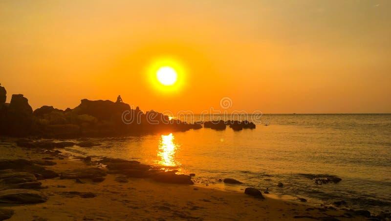 chmurnieje dramatycznego nad przelotnym dennym sunbeams zmierzchem zdjęcia royalty free