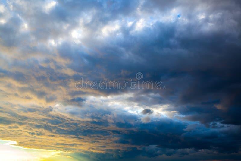 chmurnieje dramatycznego niebo zdjęcie royalty free