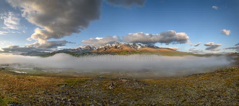 Chmurnieje góry mgły rzeki panoramę obraz stock