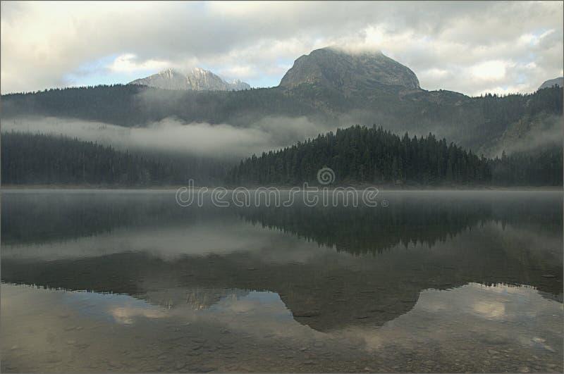 Chmurnieje halnego jezioro w mgle przed świtem zdjęcia royalty free