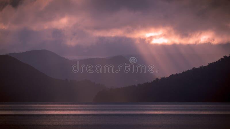 chmurnieje jezioro nad słońcem obrazy stock