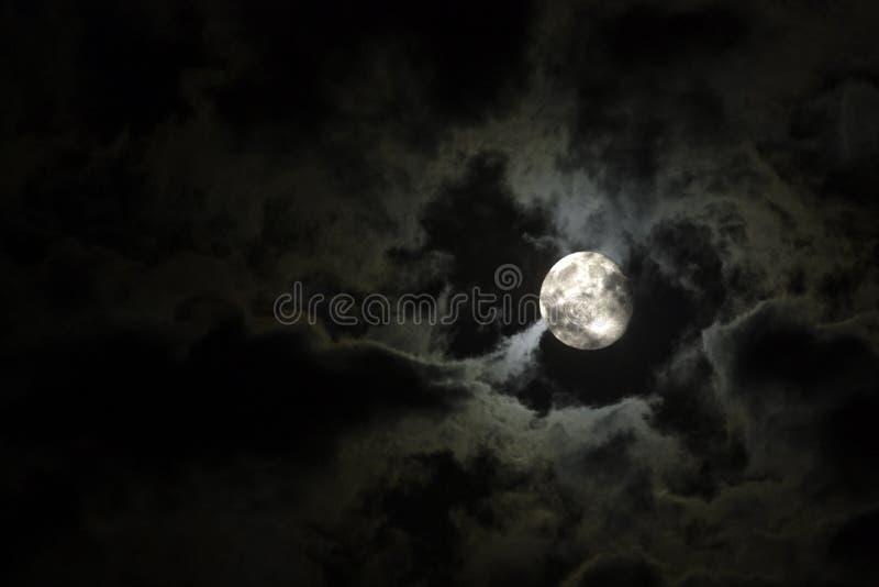 chmurnieje księżyc w pełni niesamowitego biel zdjęcia stock