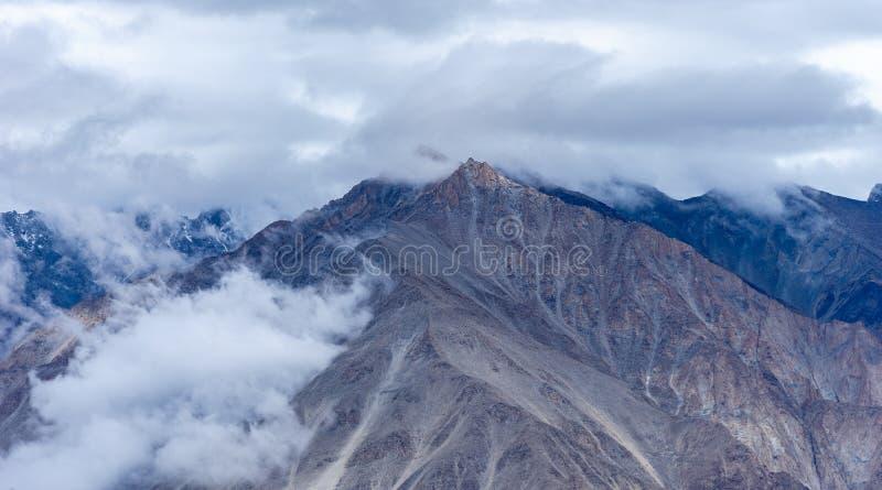 Chmurnieje nad górami blisko Północnego Pullu, Khardung losu angeles przepustki Wysoka droga fotografia royalty free