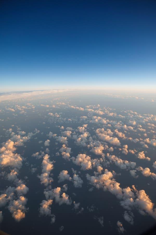 Chmurnieje naturalnego tło, widok od bocznego okno zdjęcie royalty free