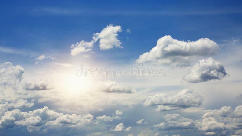 chmurnieje nieba słońce zdjęcia stock