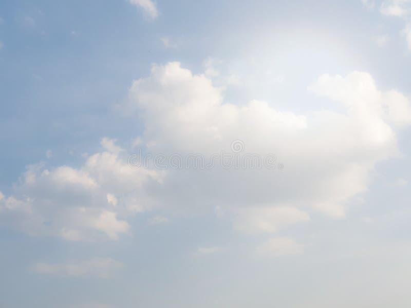 chmurnieje niebo Delikatny b??kitny t?o zdjęcia royalty free