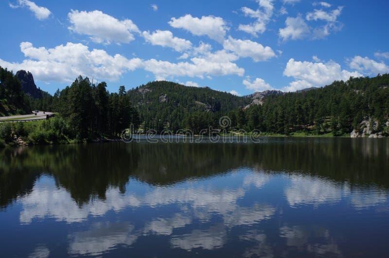 Chmurnieje odbijać jezioro w czarnych wzgórzach blisko Wspina się Rushmore zdjęcie royalty free