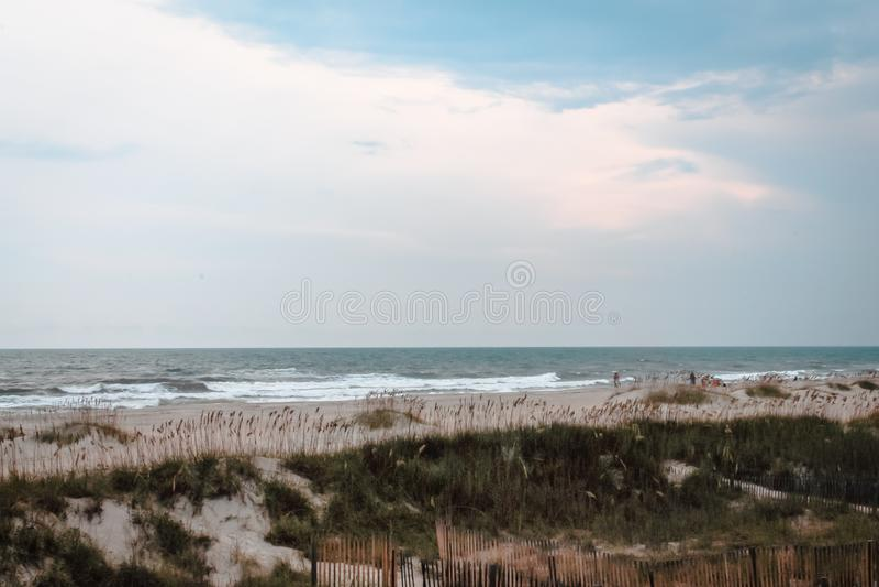Chmurny dzień na ocean wyspy plaży, Pólnocna Karolina obraz stock