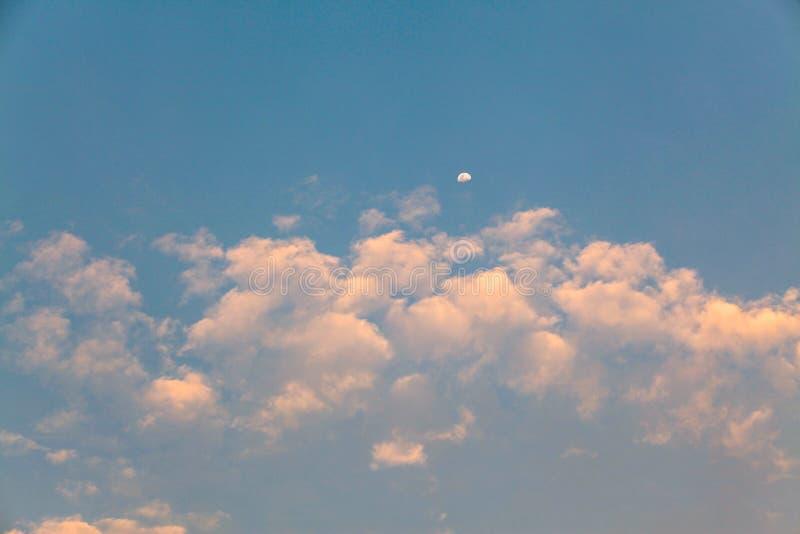 Chmurny i księżyc w niebie przed zmierzchem dla tła zdjęcia stock