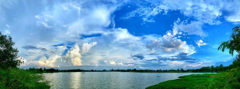 chmurny jeziorny niebo fotografia stock