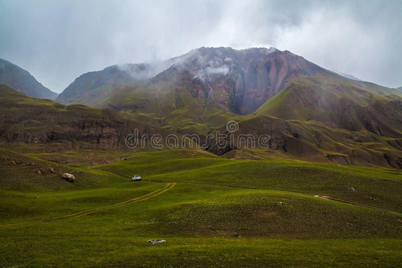Chmurny krajobraz z białym pickup na drodze obraz royalty free
