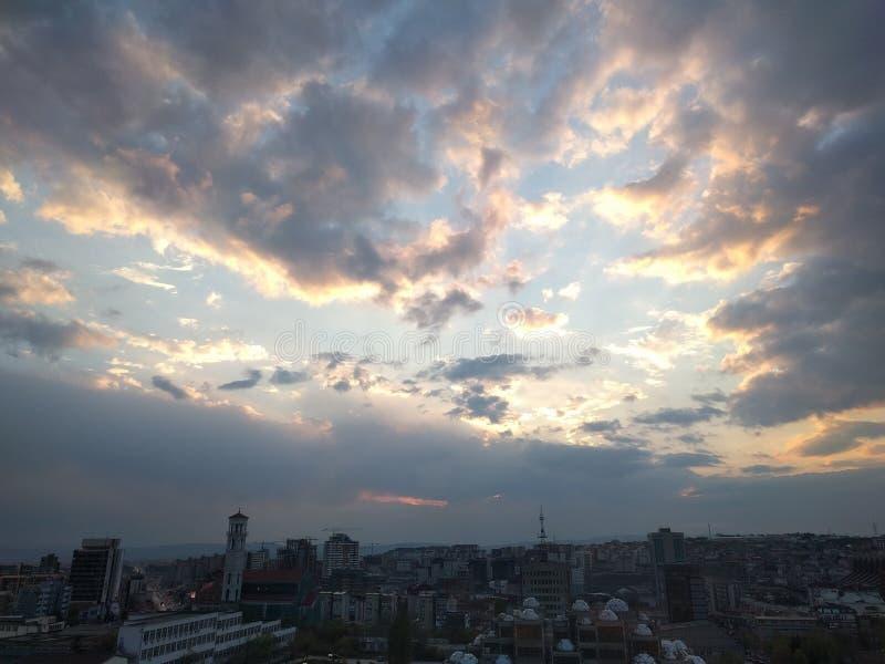 Chmurny miasto przy dniem obraz royalty free
