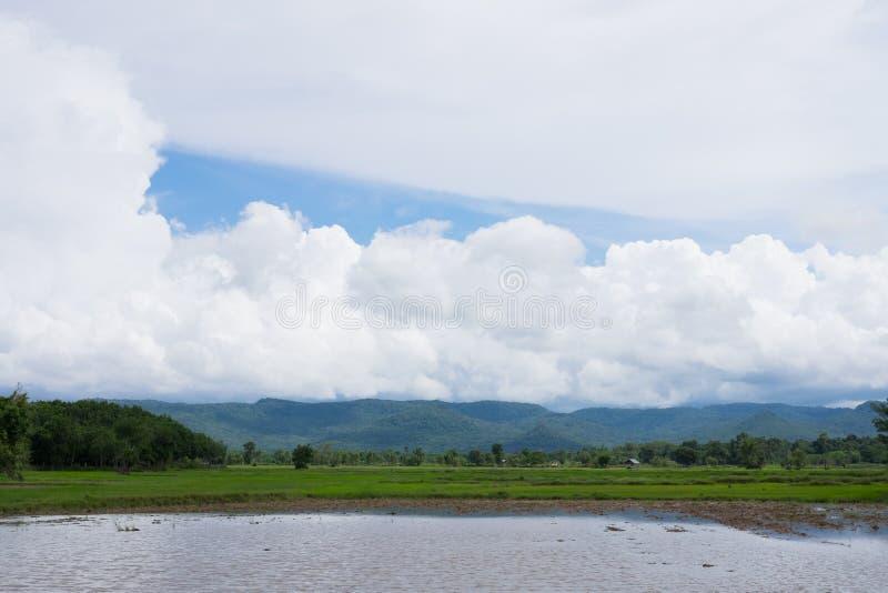 Chmurny na góra krajobrazie obrazy royalty free