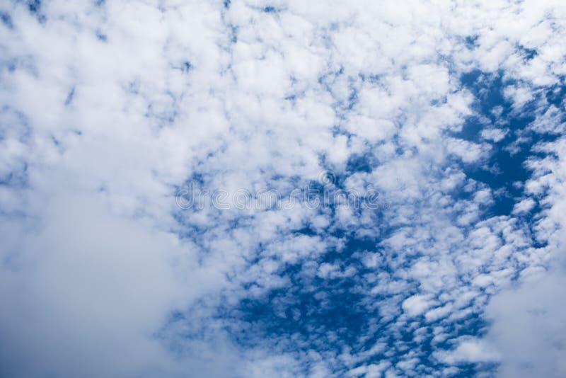 Chmurny niebo Folował biel nad niebem Zobaczył troszkę błękitnego tło obrazy stock