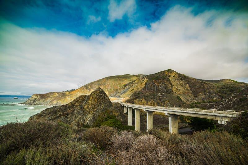 Chmurny niebo nad światową sławną wybrzeże pacyfiku autostradą fotografia stock