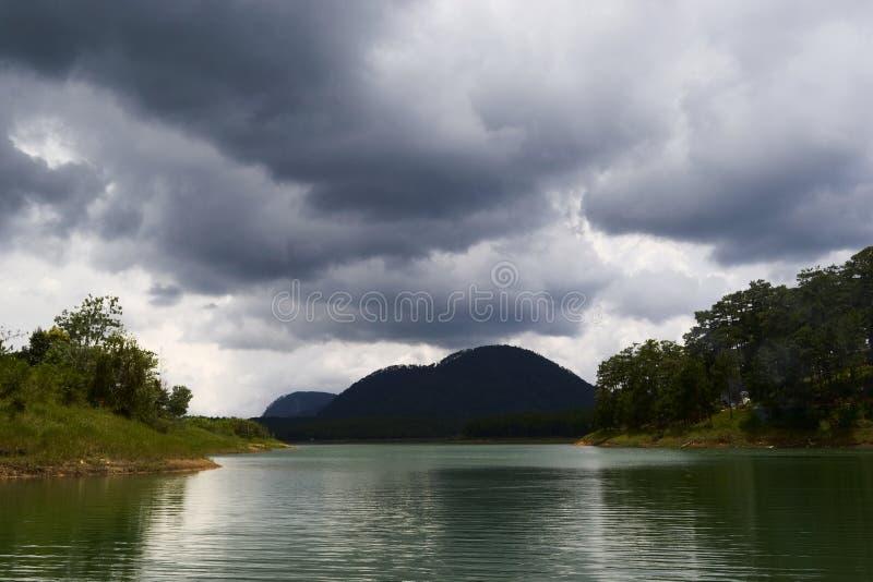 Chmurny niebo nad g?ra i jezioro obrazy royalty free